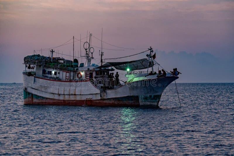 Мальдивская рыбацкая лодка в Мальдивах на ноче стоковое изображение rf