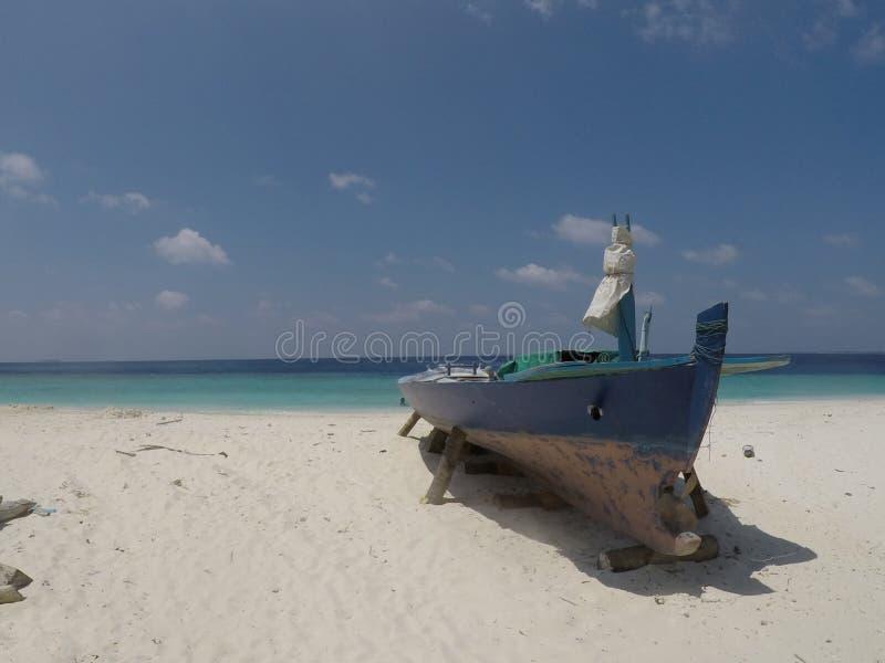 Мальдивская шлюпка в пляже рая стоковое фото