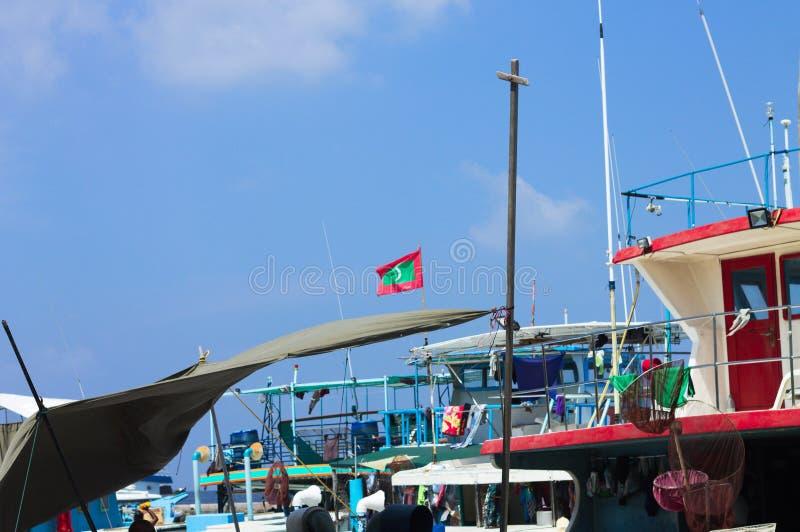 Мальдивский флаг над гаванью в мужском рыбном базаре стоковое изображение