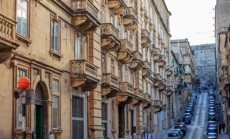 Мальта, Валлетта, строя фасад с балконами, взгляд перспективы стоковое изображение rf