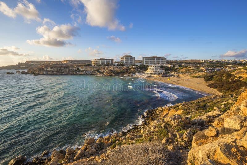 Мальта - золотой залив, ` s Мальты большинств красивый песчаный пляж на заходе солнца стоковые изображения rf