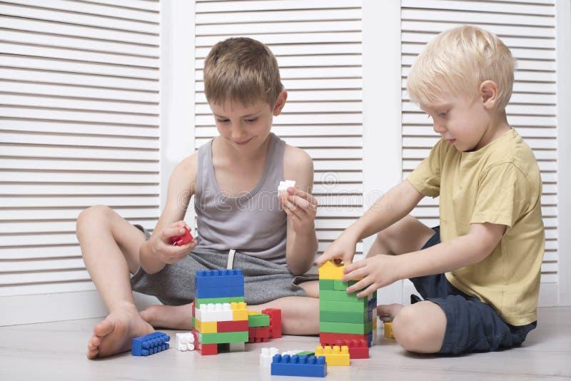 2 мальчика играют дизайнера Сообщение и приятельство стоковая фотография rf