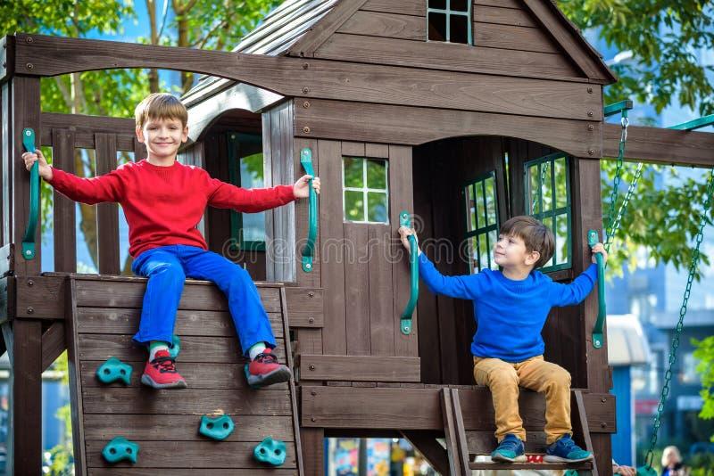 2 мальчика играя совместно и имея потеху Famil образа жизни стоковая фотография