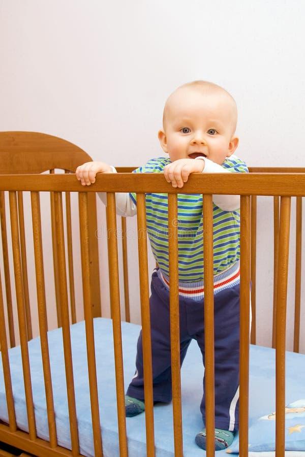 мальчика стойка сперва счастливая стоковое изображение rf