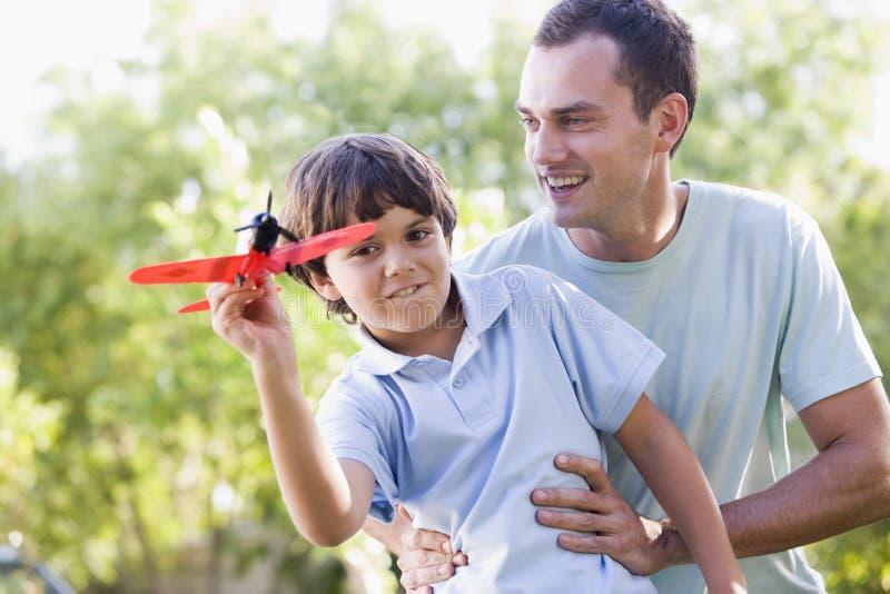 мальчика человека детеныши игрушки outdoors плоские играя стоковые изображения rf