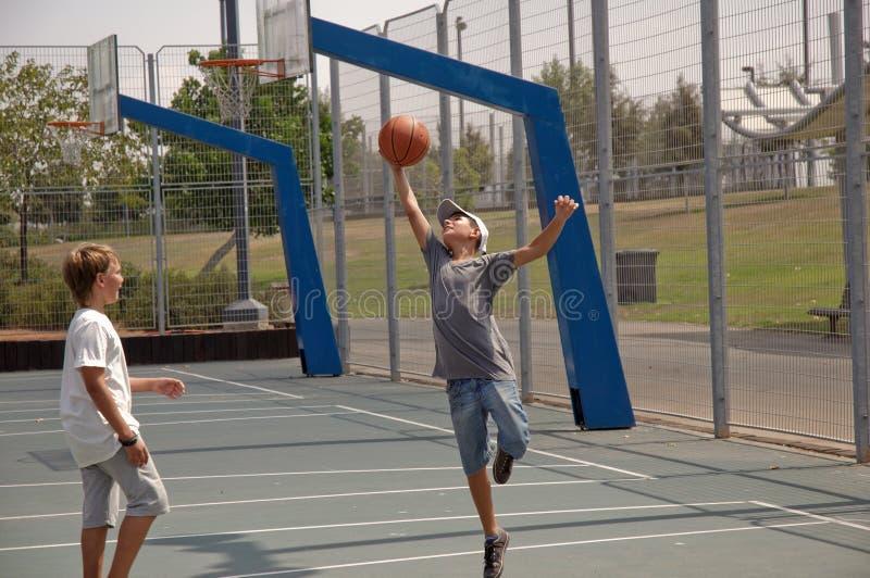 мальчики баскетбола играя 2 стоковое фото