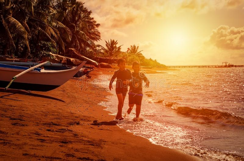 Мальчики бежать в пляже стоковые фотографии rf