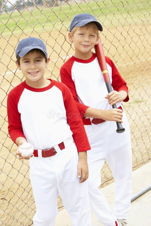 мальчики бейсбола играя детенышей стоковое фото