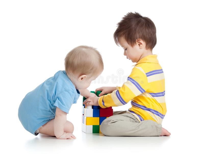 Мальчики детей играя с игрушками совместно стоковое фото rf