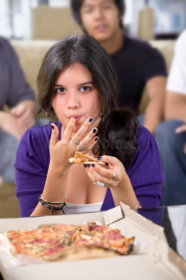 мальчики есть переднюю пиццу девушки стоковые изображения