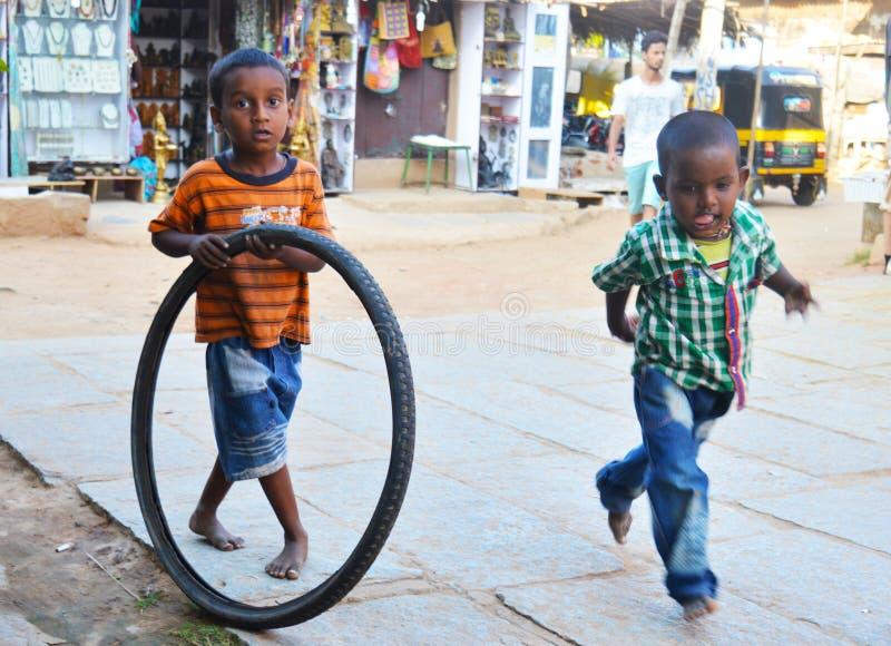 Мальчики играют на улице стоковые изображения rf