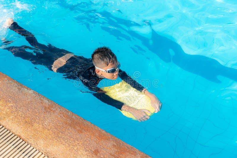 Мальчики плавают в бассейне стоковые фотографии rf