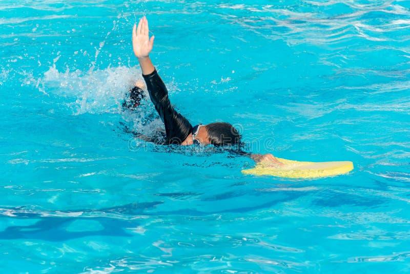 Мальчики плавают в бассейне стоковые изображения rf