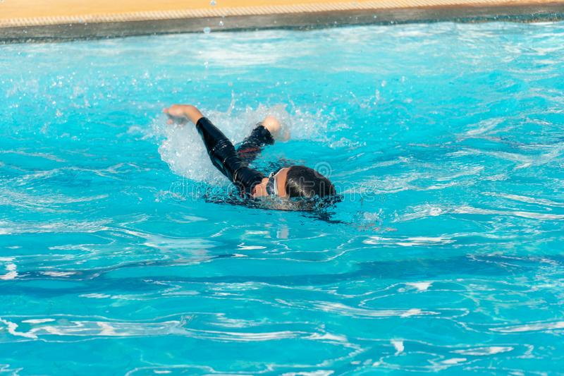 Мальчики плавают в бассейне стоковая фотография rf