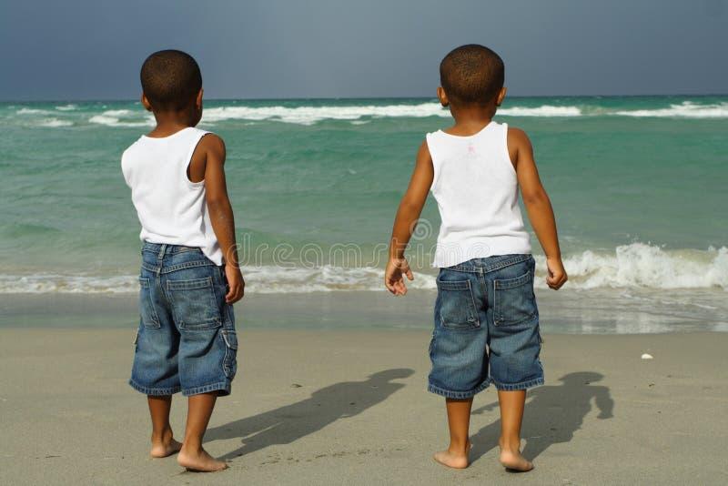мальчики пляжа стоковое фото rf
