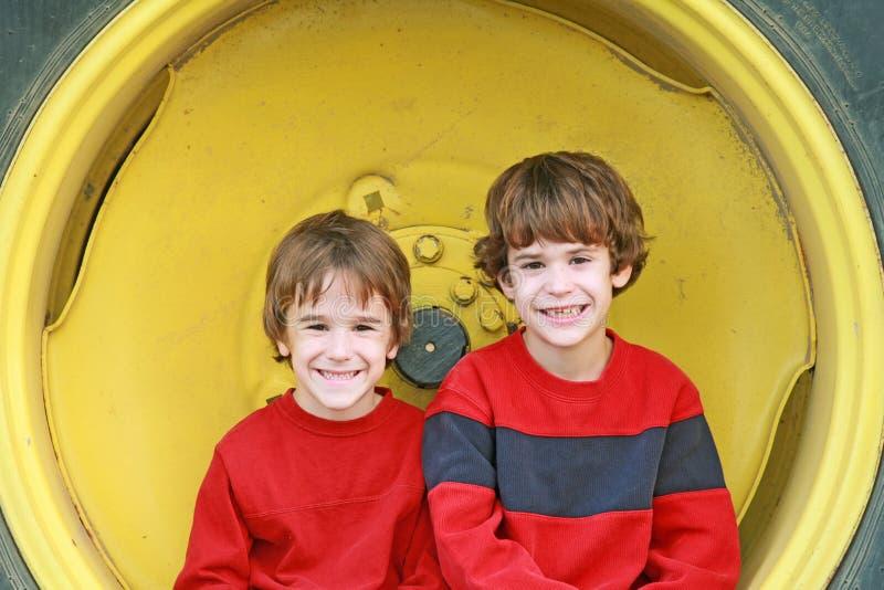 мальчики сидя колесо стоковое изображение rf
