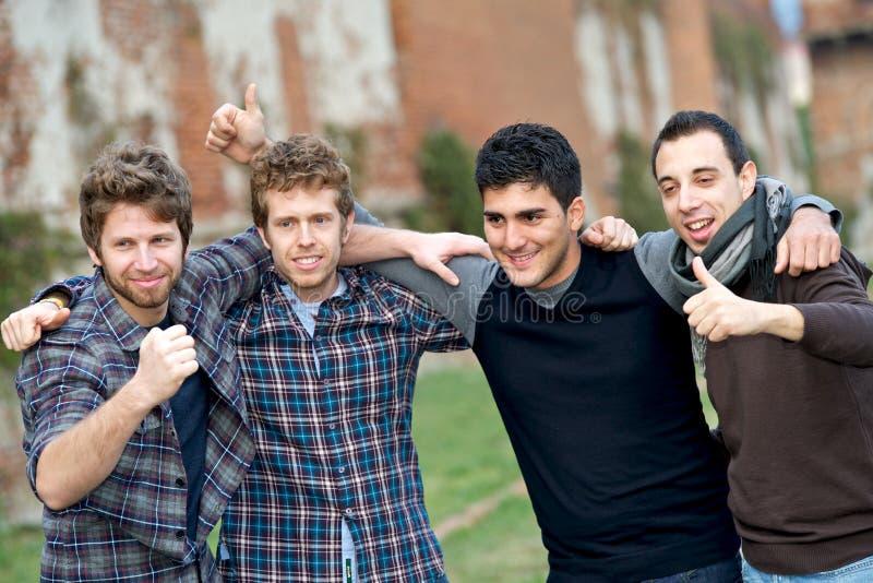 мальчики собирают счастливое снаружи стоковая фотография rf