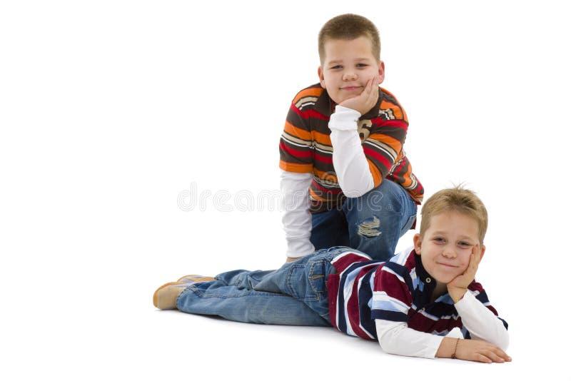 мальчики справляются лежа детеныши стоковые изображения