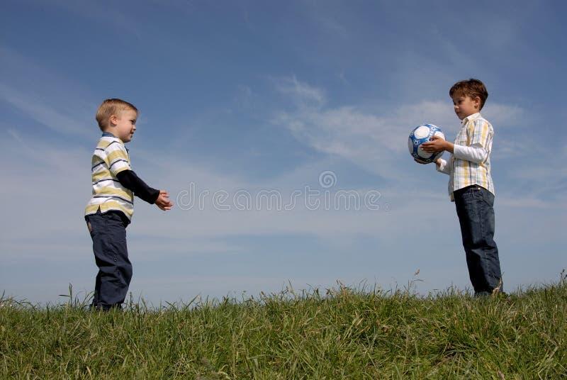 мальчики шарика 2 стоковое фото