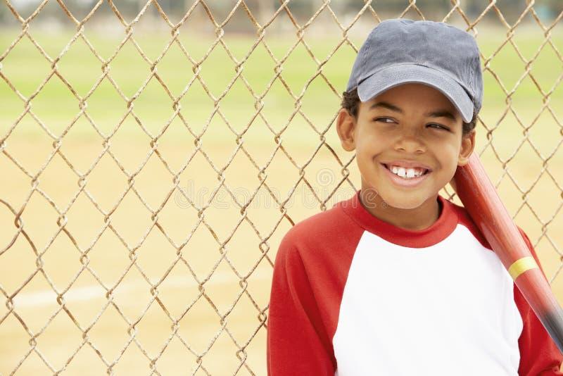 мальчик бейсбола играя детенышей стоковые изображения rf