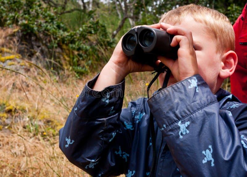 мальчик биноклей стоковое изображение rf