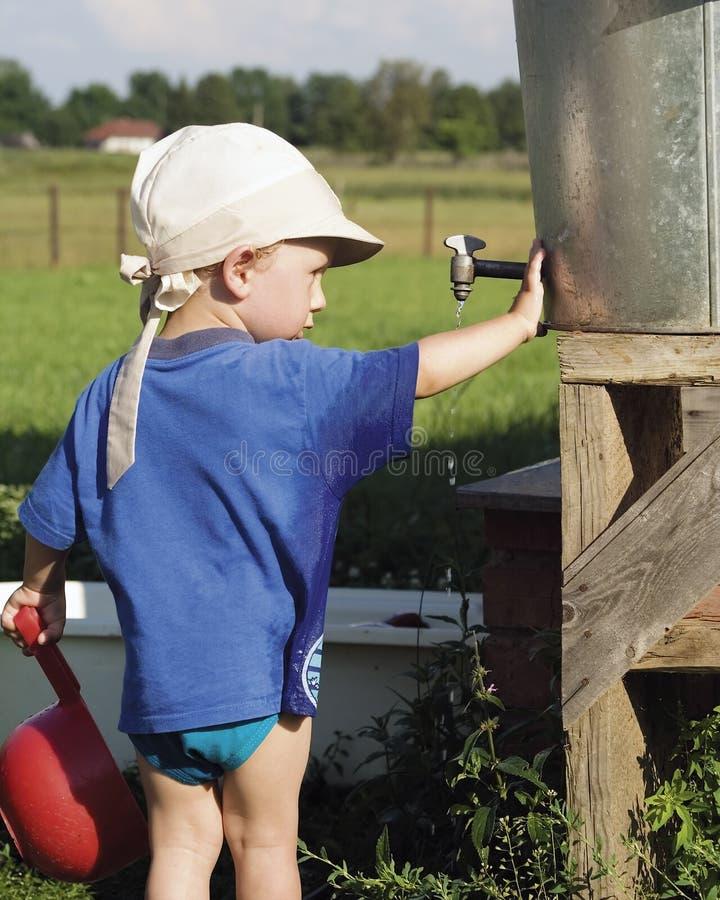 мальчик бочонка играя воду стоковые изображения rf