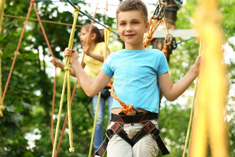 Мальчик взбираясь в парке приключения стоковые фотографии rf