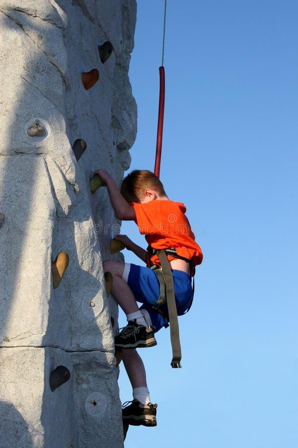 мальчик взбираясь outdoors стена