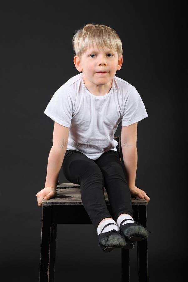 мальчик вручает немногой старую табуретку тяги стоковое фото