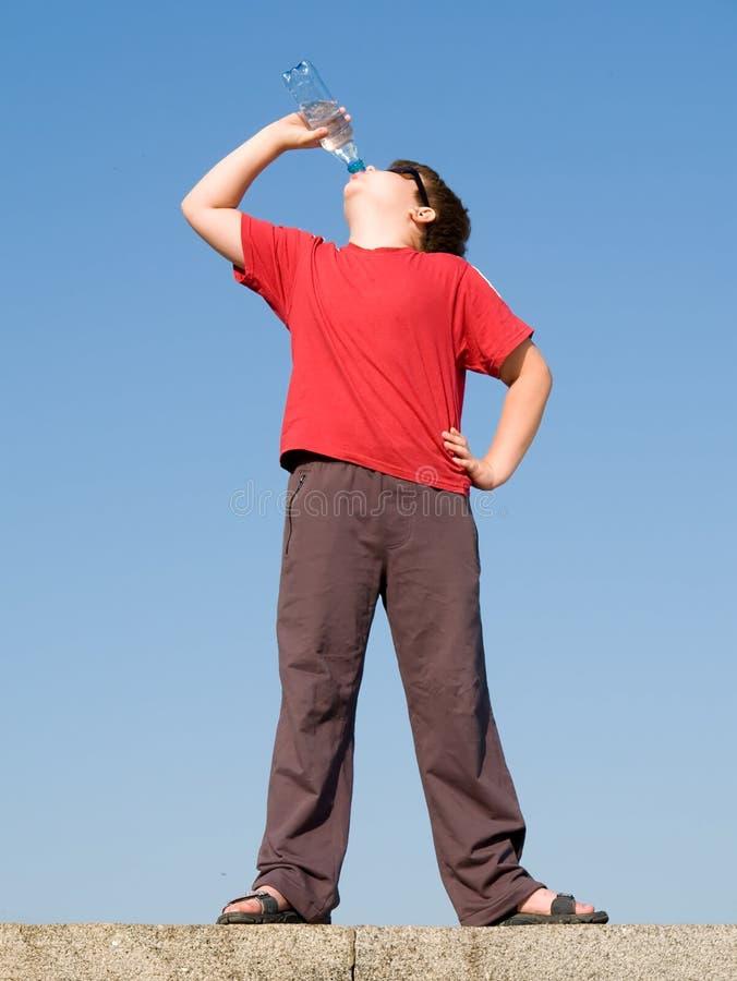 мальчик выпивает воду стоковая фотография