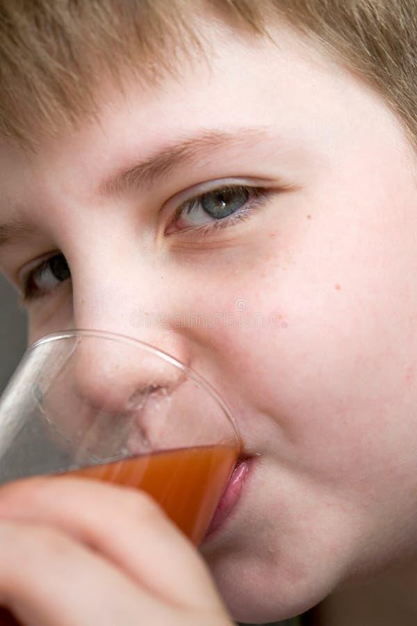 мальчик выпивает сок стоковые фотографии rf