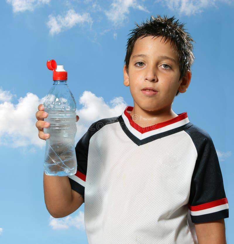 мальчик выпивая вне испытывающий жажду воду стоковые фото