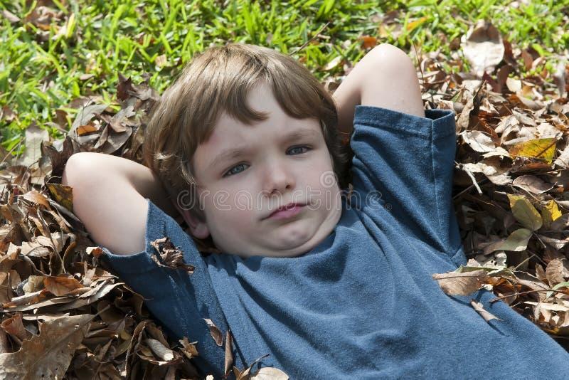 мальчик выходит серьезным стоковые изображения