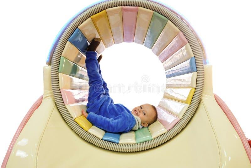 Мальчик в закручивая барабанчике в игровой площадке детей стоковое фото rf