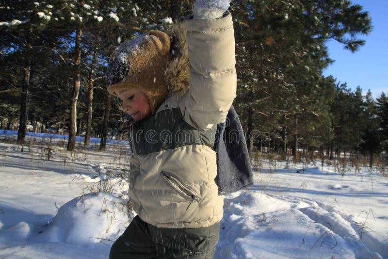 мальчик в зиме в igrat заморозка скача в снеге стоковая фотография