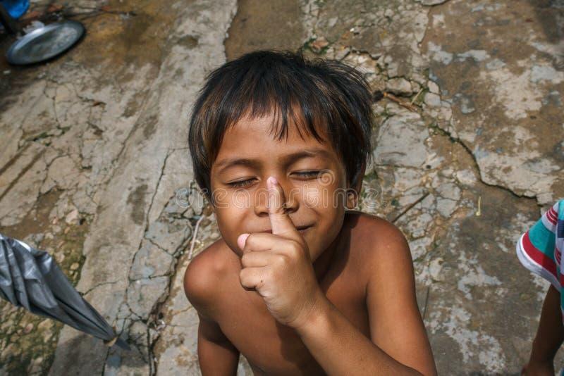 Мальчик в камбоджийском рыбацком поселке стоковые фотографии rf