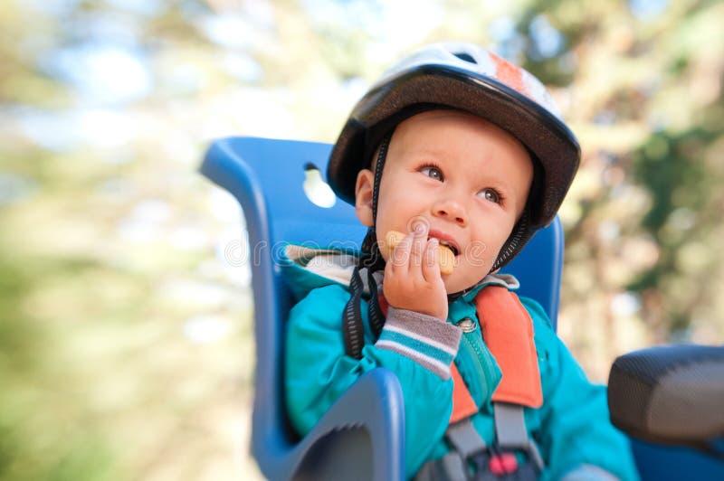 Мальчик в месте ребенка bike стоковые изображения