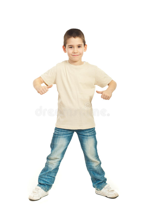 Мальчик в пустой бежевой тенниске стоковое изображение rf