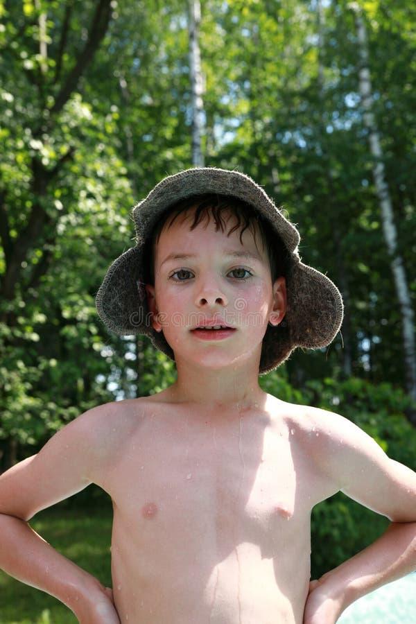 Мальчик в шляпе ванны стоковое изображение