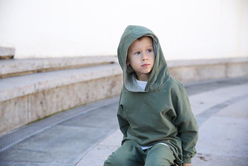 Мальчик в hoodie на шарике в парке стоковые изображения