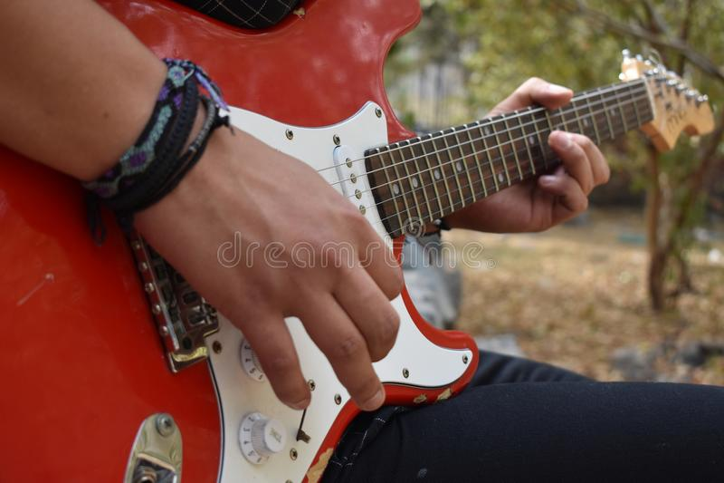 Мальчик гитары стоковое изображение
