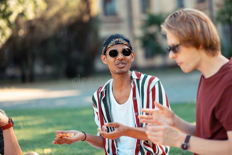 Мальчик говоря его друзей об его экзаменах стоковое изображение rf