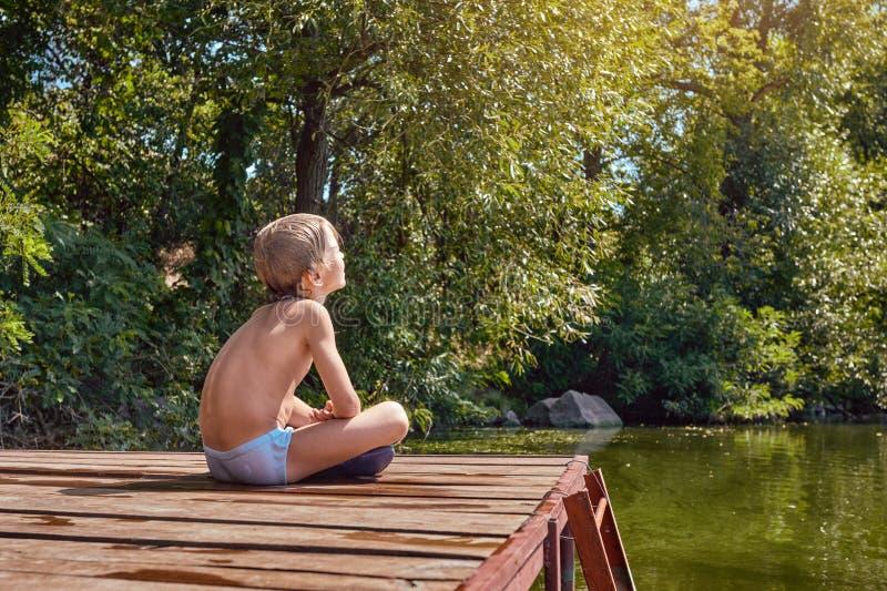 Мальчик греясь в солнце стоковая фотография rf