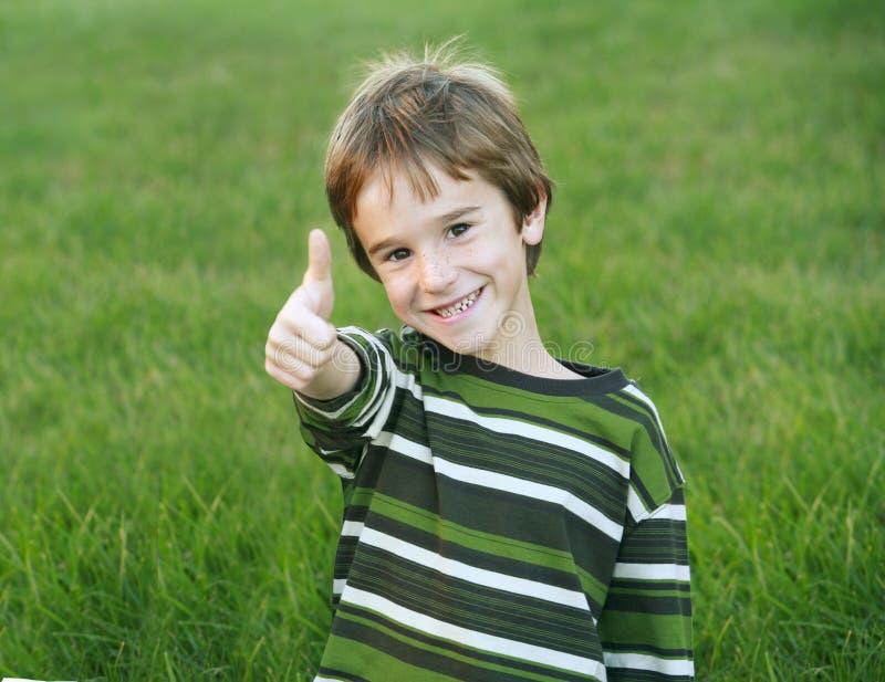 мальчик давая большие пальцы руки вверх стоковые фото