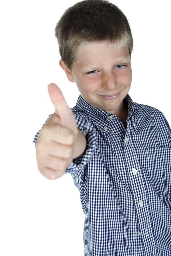 мальчик давая большие пальцы руки поднимает детенышей стоковое изображение rf