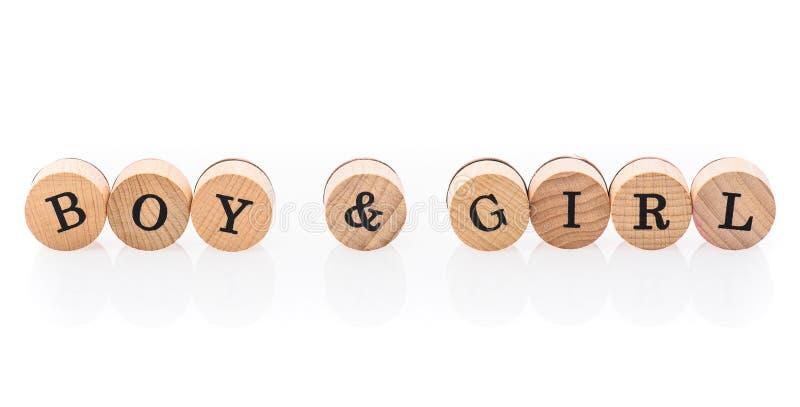 Мальчик & девушка слова от круговых деревянных плиток с детьми писем забавляются стоковые изображения rf