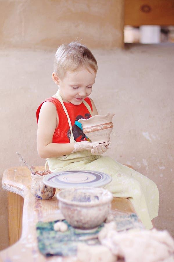 Мальчик делает красивый кувшина стоковое изображение