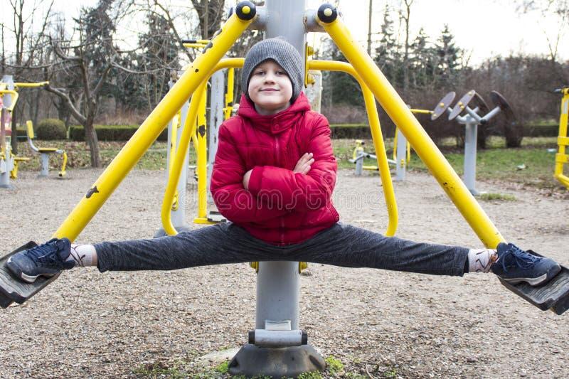 Мальчик делая спорт в парке стоковая фотография