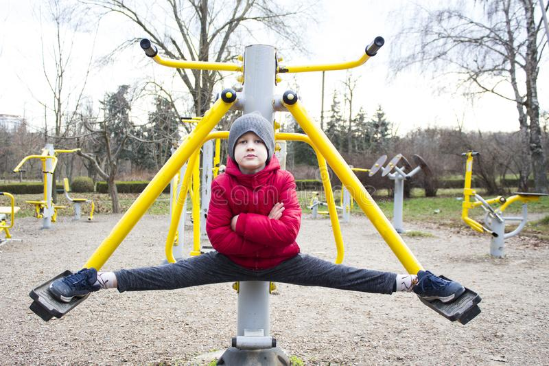 Мальчик делая спорт в парке стоковые фото