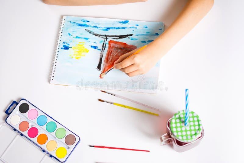 Мальчик делая чертеж из красочной шлюпки стоковые фотографии rf